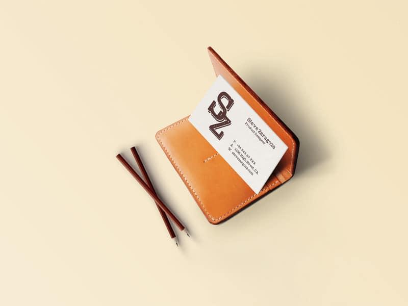 Wizytówka oparta o portfel - mockup photoshop